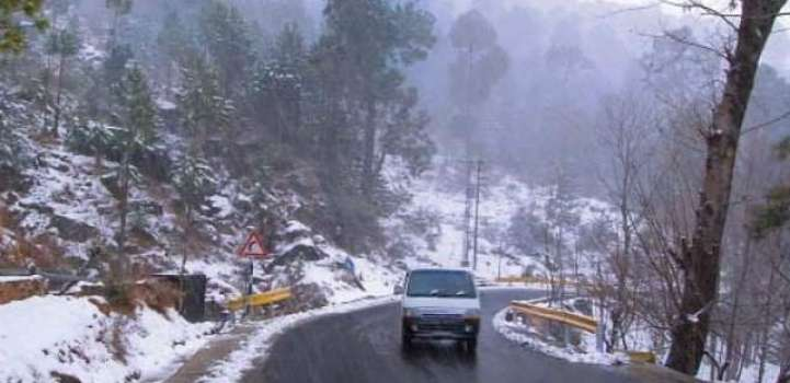 First snowfall in Murree attracts tourists