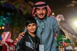 (معرض الصقورالسعودي) الأطفال يوثقون ذكرياتهم بالصور في يومه الأخير