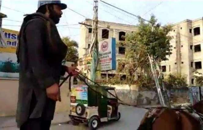 ٹریفک وارڈن دے ڈر توں کھوتا ریڑھی چلان والے دا دلچسپ کم،ویڈیو وائرل
