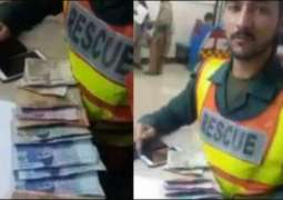 Rescue official sets example by returning cash to injured citizen
