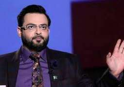Aamir Liaquat couldn't stand criticism against PM Imran, walks out of TV show