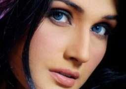 Zara Sheikh makes re-entry in showbiz