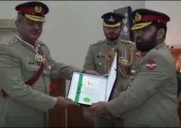 Corps Commander Karachi confers military awards