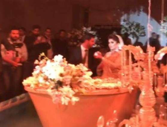 Faisalabadi couple enters their wedding in golden boat, video goes viral