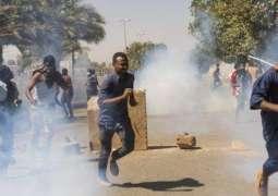 Sudan protest: Tear gas fired in bid to break up Khartoum sit-in