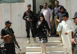 Advocate Umme Rubab appears in court bare-footed demanding justice