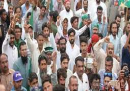 Meeting with Prime Minister, PML(N)'s workers hold protest outside MPA's residence