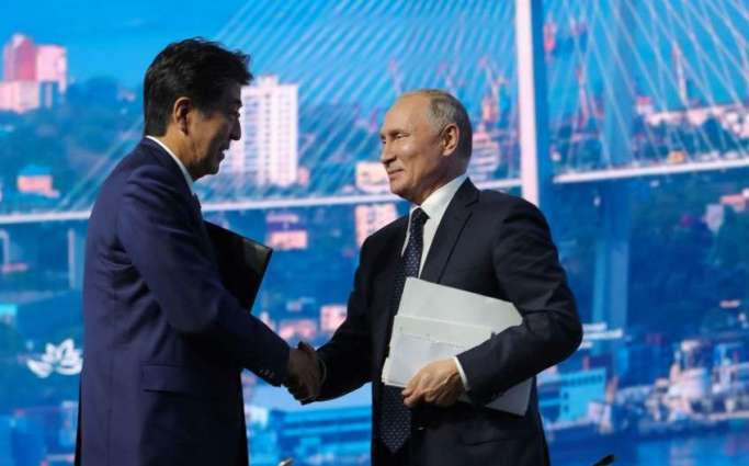 Abe Presents Woodprint, Rugby Uniform to Putin After Summit in Vladivostok - Tokyo