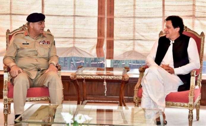 رئیس أرکان الجیش الباکستاني الجنرال قمر جاوید باجوا یلتقي رئیس الوزراء عمران خان