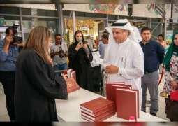 """الأرشيف الوطني يوقع أحدث إصداراته """"هكذا تحدثت فاطمة بنت مبارك"""" بمعرض الشارقة للكتاب"""