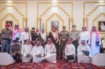 أمير القصيم يكرم مسؤولي الجهات أعضاء لجنة السعودة نظير تميزها في أداء عملها بالمنطقة