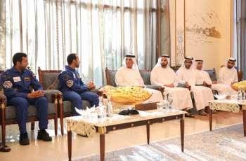 سعود بن صقر يستقبل رائدي الفضاء الإماراتيين هزاع المنصوري وسلطان النيادي