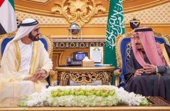 الملک السعودي سلمان بن عبدالعزیز یستقبل الشیخ محمد بن راشد آل مکتوم علي ھامش القمة الخلیجیة