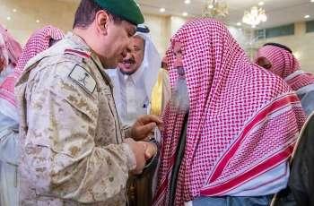 محافظ عقلة الصقور يؤدي الصلاة على شهيد الواجب الحربي