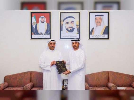 حاكم الفجيرة يستقبل سعيد علي الحمر اليماحي الحاصل على الدكتوراة في الحقوق