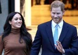 Queen Elizabeth to Discuss Sussexes' Stepping Back With Senior Royals on Monday - Reports