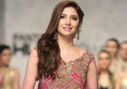 Mahira Khan's picture in horizontal frame makes waves on social media