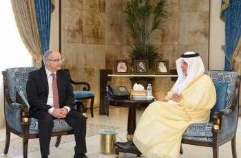 سمو الأمير خالد الفيصل يستقبل الفائز بجائزة الملك فيصل العالمية في فرع الدراسات الإسلامية