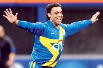 Shoaib Akhtar gives money to a child to be partner with his morning walk
