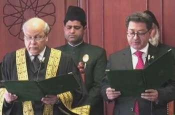 رئیس لجنة الانتخابات الباکستانیة الجدید سکندر سلطان راجا یقوم بأداء الیمین الدستویة