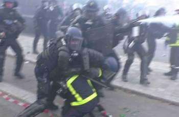 Clashes With Police Mar Paris Firefighters' Rally Against Pension Reform