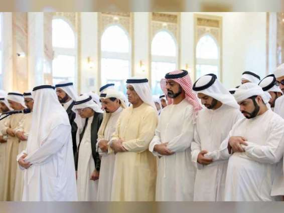 حاكما عجمان ورأس الخيمة يؤديان صلاة الجنازة على جثمان الشيخة حمده بنت أحمد الغرير