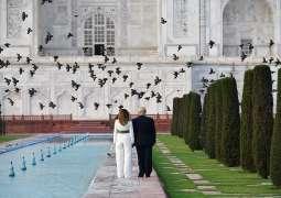 الرئیس الأمریکي دونالد ترامب یزور تاج محل التاریخي برفقة زوجتہ في الھند