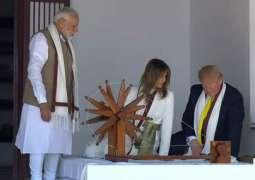 الرئیس الأمریکي دونالد ترامب یزور منزل مھاتما غاندي برفقة زوجتہ في الھند
