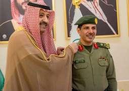 سمو الأمير حسام بن سعود يقلد مدير جوازات الباحة رتبته الجديدة