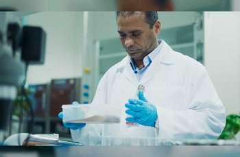 باحث من جامعة الإمارات ينتج أصباغا غذائية من سعف النخيل