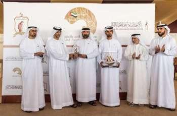 تتويج الفائزين في ختام منافسات دوري الإمارات للصيد بالصقور بأبوظبي