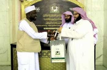 شؤون الحرمين توزع خمسة آلاف حقيبة على قاصدي المسجد الحرام