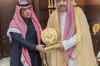 سمو أمير منطقة الباحة يكرم المواطن السبيعي