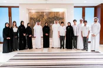 عبدالله بن زايد يستقبل وفدا من طلبة مدارس الإمارات الوطنية
