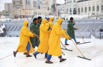 إدارة تطهير وسجاد المسجد الحرام تنفذ خطة الأمطار في المسجد الحرام