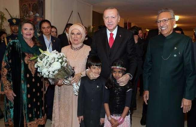 أردوغان یحضر مأدبة عشاء برفقة زوجتہ أقامھا نظیرہ الباکستاني تکریما لہ