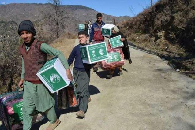 مركز الملك سلمان للإغاثة يوزع 500 حقيبة شتوية في إقليم خيبر بختون خوا الباكستاني
