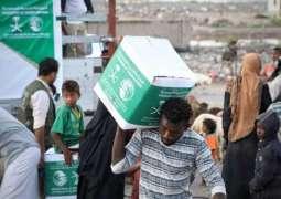 مركز الملك سلمان للإغاثة يواصل توزيع السلال الغذائية لمتضرري السيول بمحافظة عدن