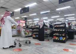 أمانة تبوك تتابع التزام مراكز التسوق بوضع إشارات للمسافات الصحية بين المتسوقين