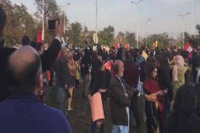 Police book 400 people for pelting stones at Aurat March in Islamabad