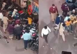 شاھد: کیف تعتدي الشرطة الھندیة علي شاب یمني لکسر منع التجول کان عائدا من المقبرة بعد دفن والدتہ