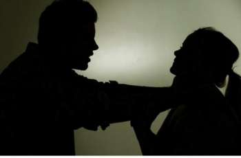 سیدة تتھم زوجھا بالاعتداء علیھا و سبھا في الامارات