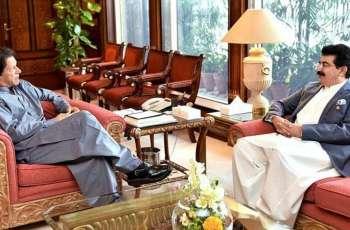 رئیس مجلس الشیوخ الباکستاني یجتمع مع رئیس الوزراء عمران خان