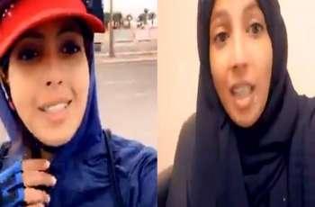 """شاھد : سائقة سیارة تاکسي السعودي """" رندہ العمودي """" تعتذر عن تصرفاتھا و اھانة شرطة المرور بعد اعتقالھا"""
