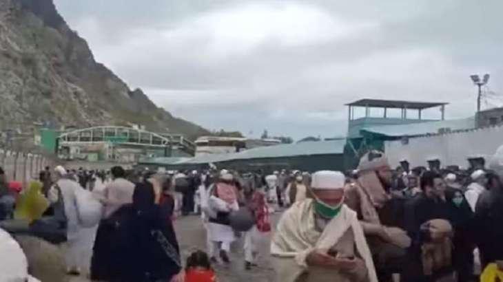 عدد کبیر من الأفغان یرجعون الي بلدھم بعد قرار باکستان للسماح بالعودة الي أفغانستان