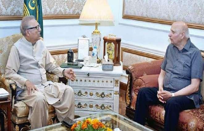 حاکم اقلیم بنجاب شودري محمد سرور یستقبل رئیس البلاد الدکتور عارف علوي في زیارتہ بمدینة لاہور