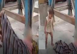 شاھد : مشھد محزن لطفل ھندي یحاول ایقاظ أمہ بعد وفاتھا متأثرة من فیروس کورونا