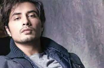 Ali Zafar distributes food among members of transgender community in Lahore