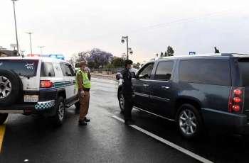 رجال الأمن بعسير يطبقون أوامر منع التجول وسط الأمطار