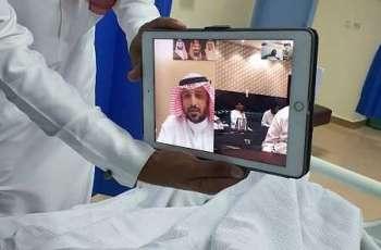 محافظ الدرب يعايد المرضى المنومين بمستشفى الدرب العام عبر الاتصال المرئي